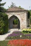 Jardin avec les fleurs rouges Photographie stock libre de droits