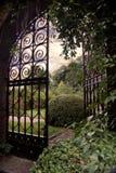 Jardin avec une porte ouverte photographie stock