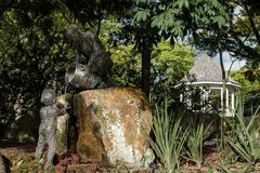 Jardin botanique de Singapour, Singapour - 12 novembre 2017 : Dépassement de la sculpture en connaissance dans le jardin botaniqu Photo stock