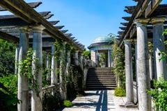 Jardin caché par pergola photographie stock libre de droits