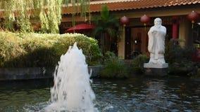 Jardin chinois au centre culturel Thaïlandais-chinois dans Udon Thani, Thaïlande banque de vidéos