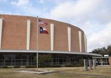 Jardin commémoratif de vétérans avec Dallas Memorial Auditorium à l'arrière-plan photographie stock libre de droits