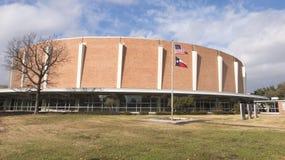 Jardin commémoratif de vétérans avec Dallas Memorial Auditorium à l'arrière-plan image libre de droits