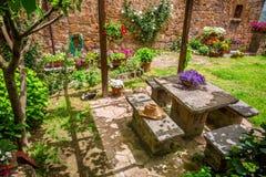 Jardin complètement des fleurs en Toscane image stock