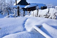 Jardin couvert de neige blanche fraîche et pelucheuse, paysage de l'hiver d'Ural Images libres de droits