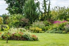 Jardin d'agrément avec beaucoup de plantes et de fleurs Photo stock