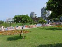 Jardin d'agrément avec le banc carrelé dans Miraflores Image stock
