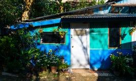 Jardin d'agrément local devant la maison au village d'E-lanière, Pilok, parc national de Pha Phum de lanière, province de Kanchan Photographie stock libre de droits