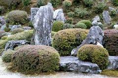 Jardin d'azalée avec les pierres et l'art topiaire d'azalée Image libre de droits