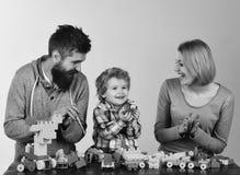 Jardin d'enfants et concept de la famille Parents et enfant dans la salle de jeux Famille avec la construction enthousiaste de vi Images stock