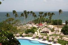 Jardin d'hôtel de luxe avec la vue de regroupement et de plage Image stock
