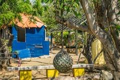 Jardin d'herbes aromatiques et vieilles vues slaves du Curaçao de hutte Photo libre de droits