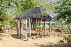 Jardin d'herbes aromatiques et vieilles vues slaves du Curaçao de hutte Images libres de droits