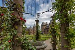 Jardin d'un château avec des fleurs dans le premier plan Photo stock