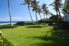 Jardin d'un manoir de luxe avec le seaview merveilleux Photos stock