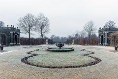 Jardin dans le palais de belvédère de Vienne à l'hiver photos libres de droits