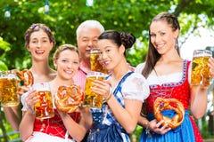 Jardin de bière - amis buvant dans le bar de la Bavière Photo libre de droits