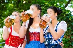 Jardin de bière - amis dans des vêtements traditionnels en Bavière Photos libres de droits