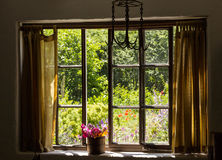 Jardin de cottage de petite maison de brique photos stock