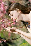 Jardin de fille au printemps Photos libres de droits