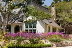 Jardin de fleur de maison d'horizontal Images stock