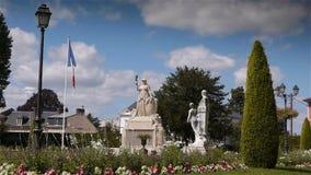 Jardin DE L ` Eveche, tuin en standbeeld in Lisieux stock videobeelden
