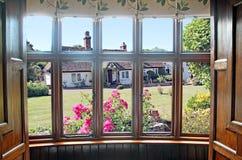 Jardin de maison de fenêtre en saillie Images libres de droits