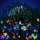 Jardin de nuit avec des papillons et des fleurs contre le ciel Photo stock