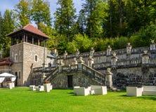 Jardin de palais de Cantacuzino avec un beau mur en pierre photos libres de droits