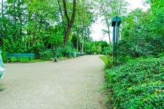 Jardin de Paris avec des arbres et des fleurs de bâtiments Photographie stock