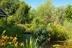 jardin de pays de maison Photographie stock libre de droits