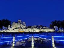 Jardin de rocaille, lanternes, lac, ciel bleu photo libre de droits