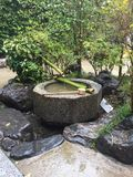Jardin de roche, avec la voie d'eau en bambou Photos libres de droits