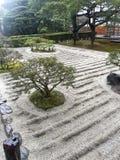 Jardin de roche, avec la voie d'eau en bambou Photos stock