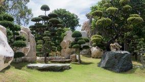Jardin de roche avec les arbres formés Photos libres de droits