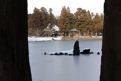 Jardin de temple bouddhiste avec un étang en hiver au Japon Image libre de droits