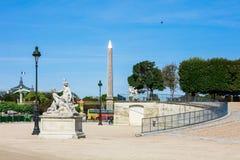Jardin de Tuileries avec l'obélisque de Louxor pendant le matin d'été, P Photos libres de droits
