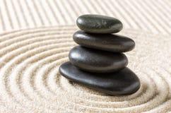 Jardin de zen avec les cailloux noirs empilés Photos libres de droits