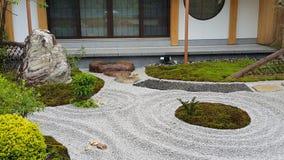 Jardin de zen et la grande pierre image libre de droits