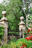 Jardin derrière des murs Photographie stock libre de droits