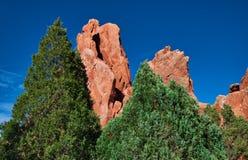 Jardin des dieux, Colorado Springs avec des formations de pins et de grès et de chaux photos stock