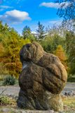 Jardin des pierres des ammonites sur le rivage du lac Images libres de droits