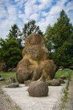 Jardin des pierres des ammonites sur le rivage du lac Photos stock