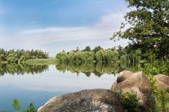 Jardin des pierres des ammonites sur le rivage du lac Photographie stock libre de droits
