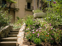Jardin devant une maison Image libre de droits