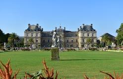 Jardin du Luxembourg, trädgårdar och slott, gräs, blommor och staty, solig dag, blå himmel Paris Frankrike, 15 Augusti 2018 royaltyfria bilder