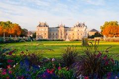 Jardin du Luxemburgo con el palacio y la estatua. fotografía de archivo libre de regalías