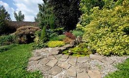 Jardin et étang Photo stock