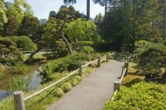 Jardin et chemin de thé images stock