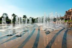 Jardin et extérieur de fontaines de palais d'émirats un hôtel de 7 étoiles luxueux en Abu Dhabi images libres de droits